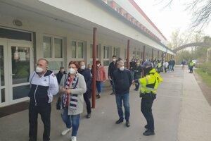 V Štúrove čakali ľudia na očkovanie už od rána.