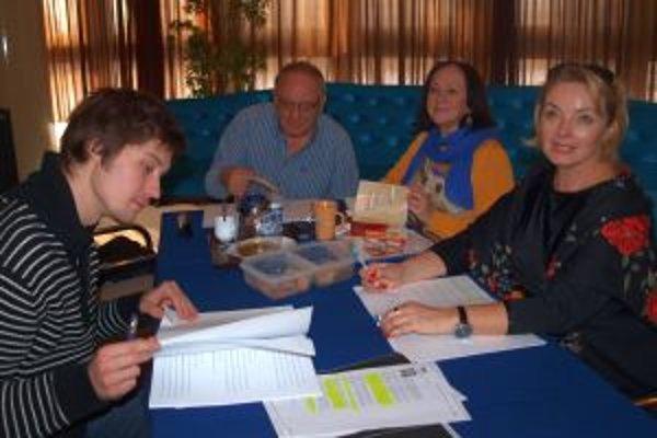Režisér a herci počas čítacej skúšky hry Plešatá speváčka.
