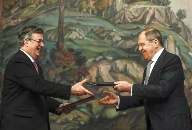 Mexický minister zahraničia Marcelo Ebrard (vľavo) v priebehu stretnutia s ruským ministrom zahraničných vecí Sergejom Lavrovom v Moskve.