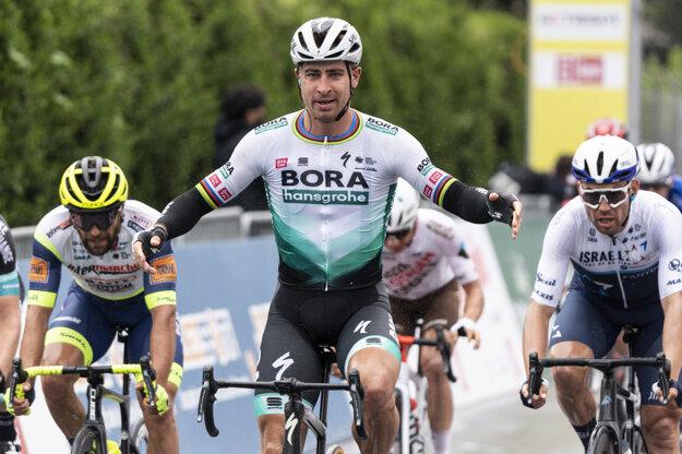 Peter Sagan oslavuje v cieli po jeho víťazstve 1. etapy cyklistických pretekov Okolo Romandie.