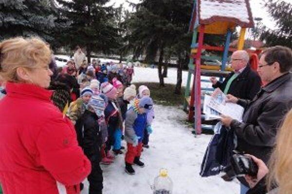 Deti zo škôlky na Žitavskom nábreží sa tiež zapojili do projektu ochrany vtáctva pred uhynutím v dôsledku zimného nedostatku jedla.