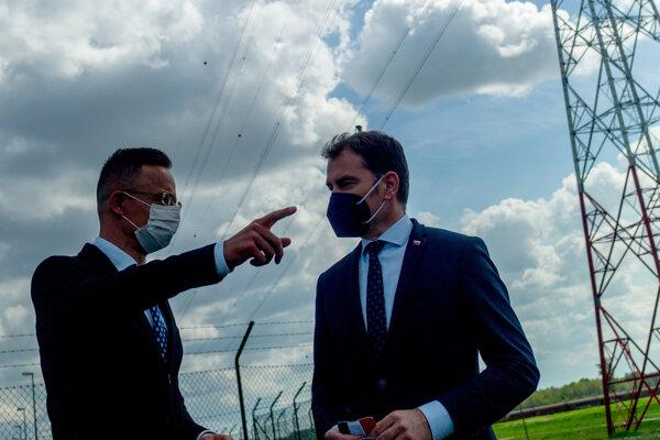 Minister zahraničných vecí Maďarska Péter Szijjártó (vľavo) s podpredsedom vlády SR a ministrom financií SR Igorom Matovičom (vpravo) sa pri severomaďarskej obci Gönyű zúčastnili vo štvrtok na sprevádzkovaní nových cezhraničných elektrických vedení prepájajúcich Maďarsko so Slovenskou republikou.