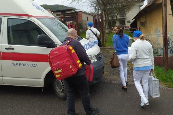 Zdravotníci prišli kľuďom domov.