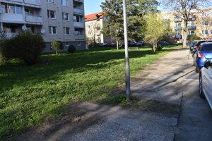 Takáto je situácia na SDH. Miesta na parkovanie je dosť, radnica tvrdí, že nespĺňajú normu.