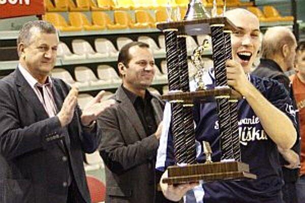 Kapitán Zbehov Martin Kopec s putovným pohárom.