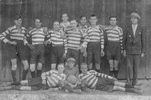 Futbal v Košťanoch má hlboké korene. Tento tím hrával v roku 1931.