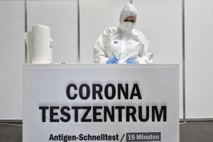 Zdravotníčka v ochrannom odeve stojí v testovacom centre na ochorenie COVID-19 v priestoroch výstaviska v nemeckom Erfurte 29. apríla 2021.