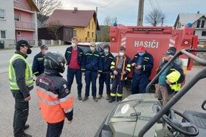na pátraní sa zúčastnili aj domáci dobrovoľní hasiči.