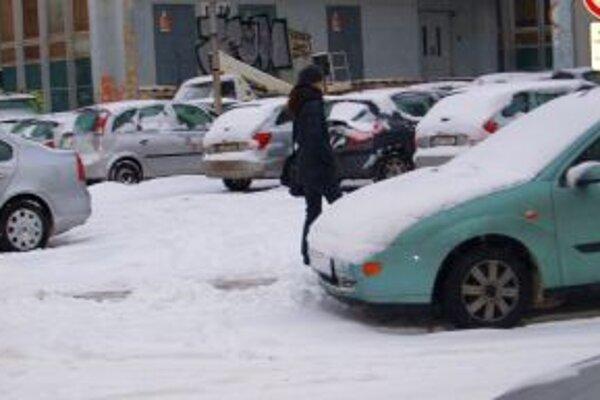 Sneh komplikuje dopravnú situáciu v Nitrianskom kraji aj podvečer.
