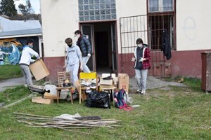 Mládežnícky parlament pomáha s vypratávaním železničnej stanice.