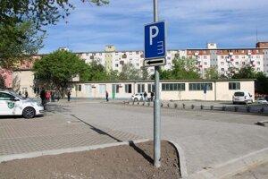 V Nových Zámkoch obnovili parkovisko na M.R.Štefánika.