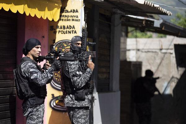 Polícia počas akcie vo favele Jacarezinho.