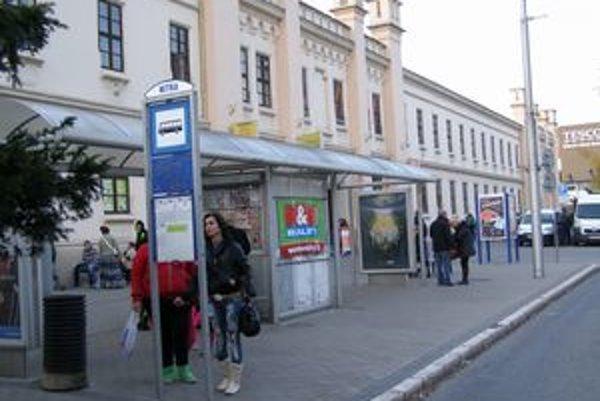 Autobusový prístrešok pri tržnici vybudovala spoločnosť euroAWK.