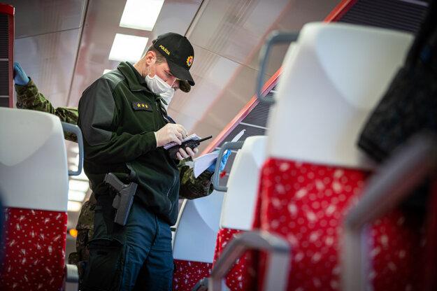 Policajná kontrola vo vlaku počas mimoriadnej situácie.