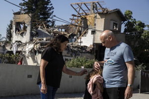 Poškodená budova v izraelsjek oblysti Jehod po raketovom útoku z Palestíny.