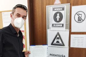 Kristián Kéžeľ odovzdal petíciu v pondelok do podateľne magistrátu.
