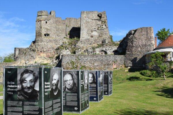 Výstava na nádvorí Levického hradu.
