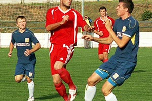 Patrik Balko (v červenom) v nedeľu uzavrel skóre zápasu Vráble - Vrbové 3:0.