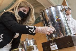Pri stáčaní prvého medu z Prezidentskej záhrady asistovala aj priezidentka Zuzana Čaputová.