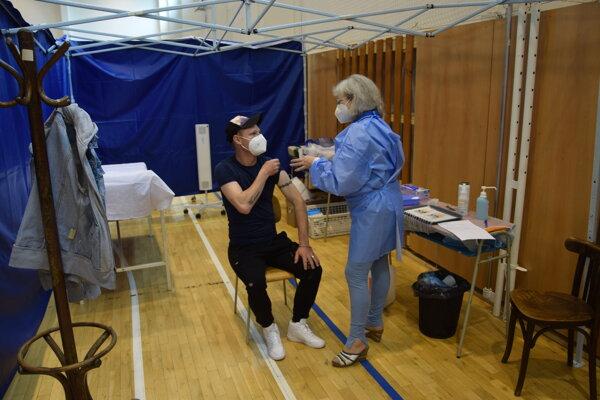 Možnosť očkovania využil aj Tepličan Rastislav Karas.