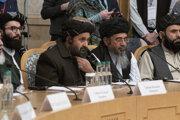 Spoluzakladateľ hnutia Taliban Mullah Abdul Ghani Baradar (v strede) spolu s ďalšími členmi talibanskej delegácie počas marcovej konferencie v Moskve.