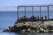 Utečenci na území španielskej enklávy Ceuta v severnej Afrike.