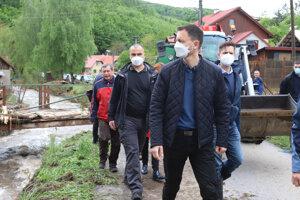 Predseda vlády SR Eduard Heger (OĽaNO) počas návštevy obce Rudno nad Hronom.