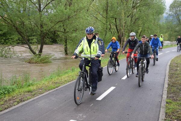 Cyklotrasu v utorok doobeda slávnostne otvorili. Vyskúšali si ju aj školáci zo ZŠ s MŠ Hurbanova v Martine.