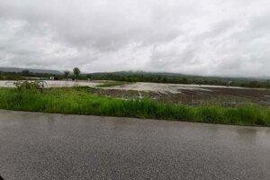 Olšava zaplavila polia pri Nižnom Čaji.