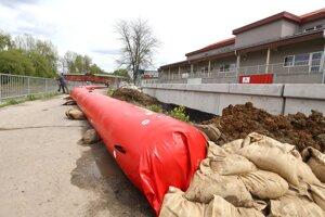 Protipovodňové bariéry na Hrone pri zimnom štadióne v Banskej Bystrici.
