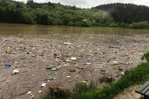 Odpad na vodnej ploche v Nesluši.