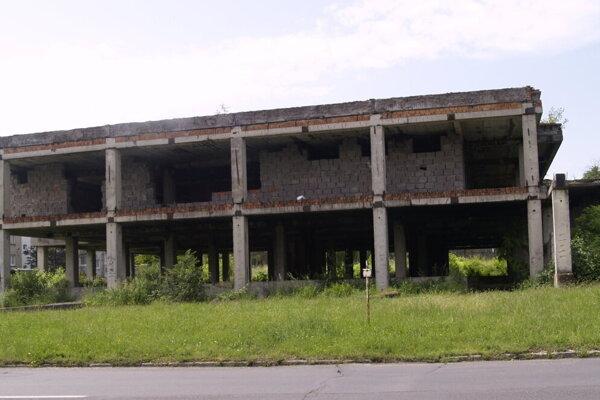Rozpadávajúca sa budova na Rúbanisku II v Lučenci už roky hyzdí mesto.