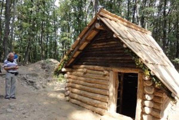 Takto vyzeralo obydlie Slovanov v 9. storočí. Jeho presnú kópiu vytvorili v Bojnej.