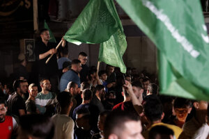 Palestínčania v meste Gaza mávajú vlajkami Hamasu na oslavu uzavretia prímera.