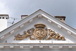 Na tympanóne je umiestnený reliéfny erb grófa Antona Čákiho, ktorý dal palác postaviť.