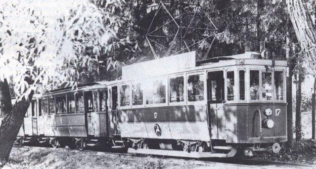 Električka vezie výletníkov do Čermeľa.