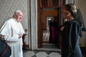 Prezidentka Zuzana Čaputová a pápež František počas súkromnej audiencie vo Vatikáne.
