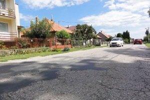 Tieto cesty v Beladiciach si dedina musela opraviť sama.