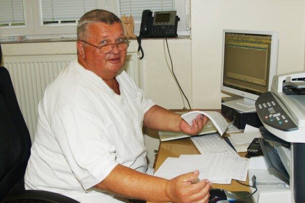 Doktor Juraj Sýkora vo svojej pracovni.
