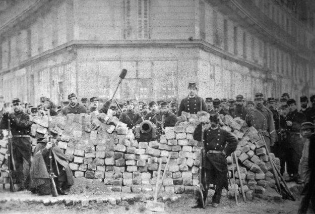 Barikáda na parížskej ulici Rue Voltaire po jej obsadení pravidelnou armádou počas Krvavého týždňa.