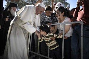 Pápež František je rád v kontakte s ľuďmi. Momentka z utečeneckého tábora.