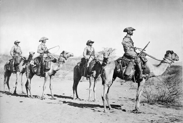 Hliadka nemeckých vojakov na ťavách. Nemecká juhozápadná Afrika, fotografia niekedy z rokov 1906 – 1918