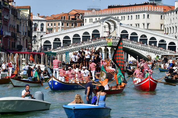 Benátky 29. mája zažili oslavy postupu miestneho futbalového klubu do najvyššej súťaže Seria A.