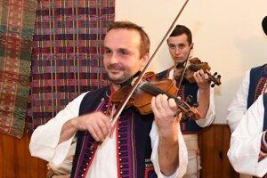 Na husliach hrá od útleho detstva.