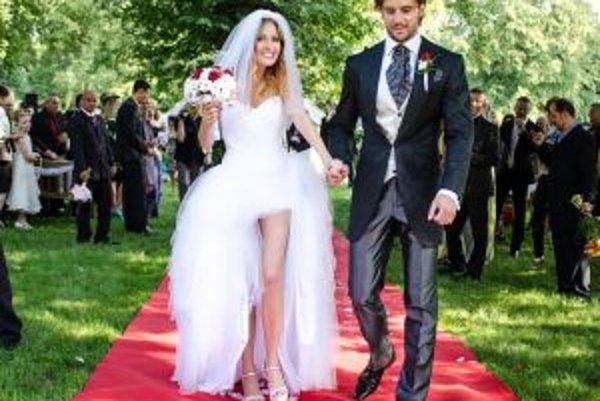 Šťastní novomanželia.