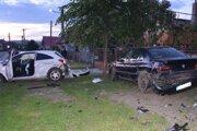 Muž po havárii pokračoval v besnení a nožom ohrozoval aj políciu.