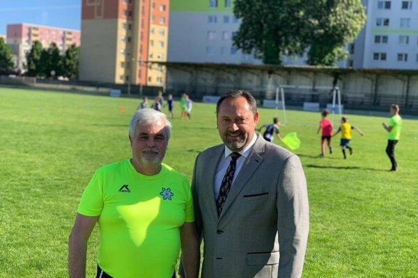 Predseda VV FKM Nové Zámky Július Varga (vľavo) sprimátorom mesta Nové Zámky Otokarom Kleinom.