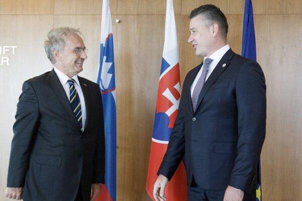 Minister vnútra SR Roman Mikulec (vpravo) a minister vnútra Slovinskej republiky Aleš Hojsa počas stretnutia ministrov vnútra Slovenska a Slovinska v rámci rokovania o predsedníctve Slovinskej republiky v rade EÚ a o informáciách v rezortoch vnútra oboch krajín.