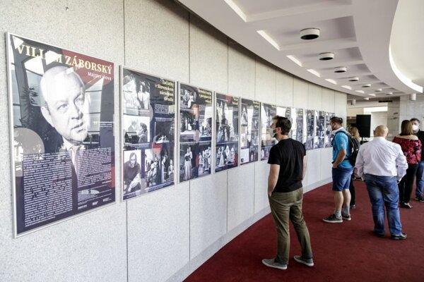 Snímka zo slávnostného otvorenia výstav Mária Prechovská, prvá dáma činohry Slovenského národného divadla (SND) a Viliam Záborský, majster slova vo foyer činohry SND v Bratislave 2. júna 2021.