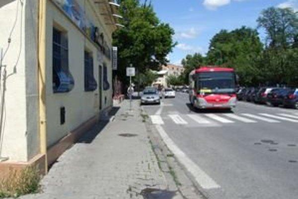 Mestské služby našli výškové nerovnosti aj na Ulici Fraňa Mojtu.